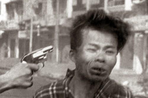 Bilderesultat for tướng nguyễn ngọc loan bắn việt cộng
